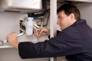 plombier fait réparation évier