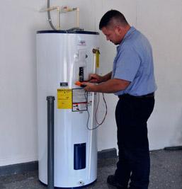 chauffagiste fait un entretien chauffe eau