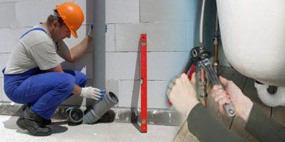 plombier qui répare une canalisation