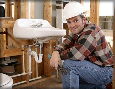 plombier qui dépannage un lavabo