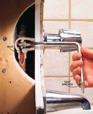 installation robinetterie de la baignoire