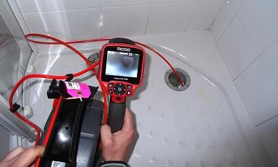 Plombier qui réalise une détection de fuite douche