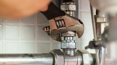 Plombier qui procède à une réparation fuite canalisation