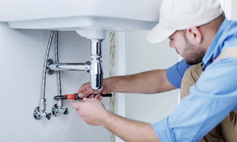Plombier répare une fuite d'eau