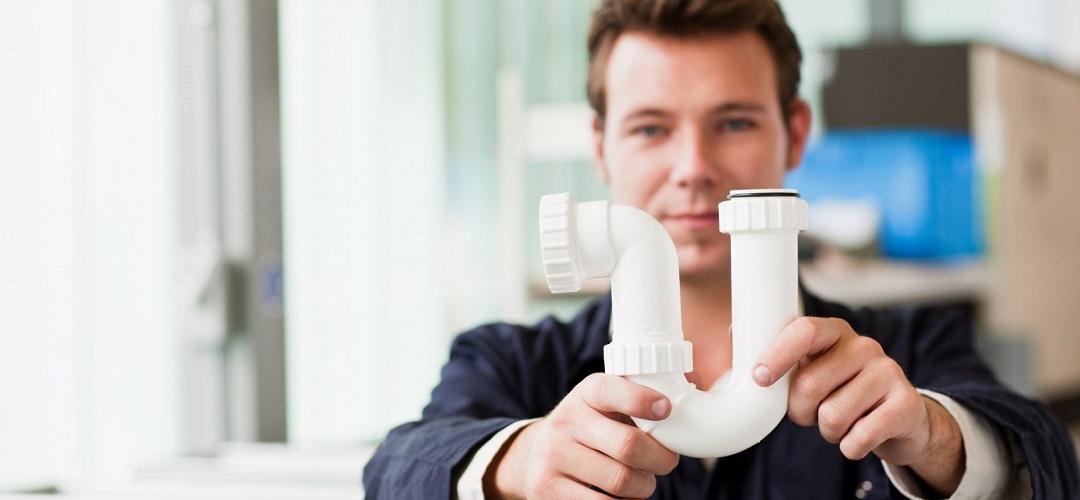 un plombier avec Ensemble de raccords de tuyauterie en PVC blanc