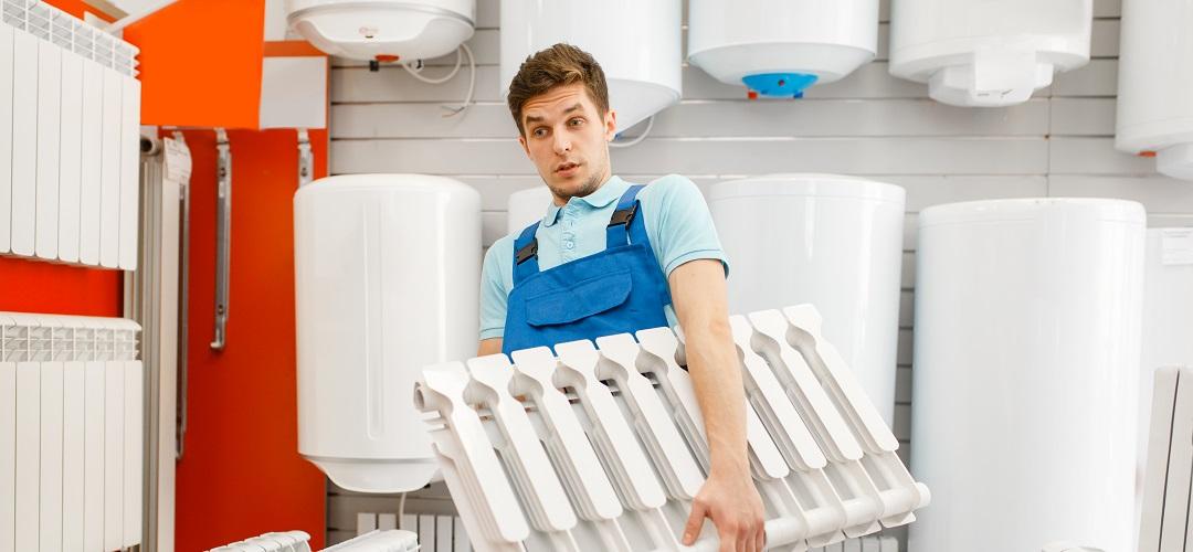 Plombier détient radiateur de chauffage de l'eau, plomberie